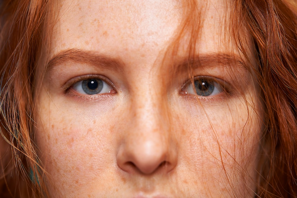 Story_Sony_SEL100F28GM_Ginger_with_freckles_eyes
