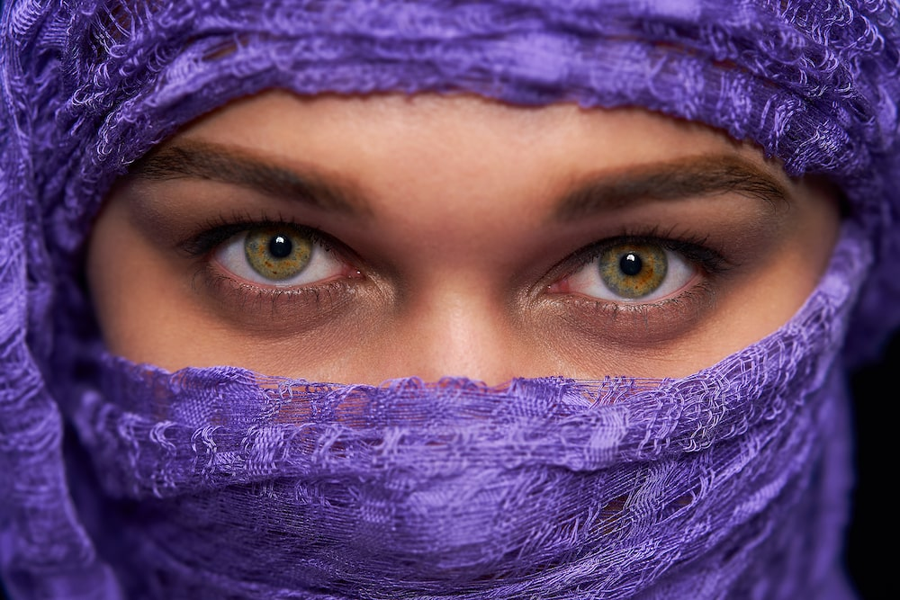 Story_Sony_SEL100F28GM_Middle_east_lady_with_purple_scarf